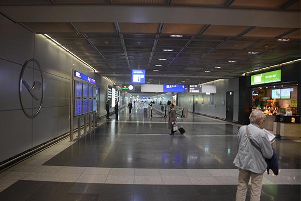 Unul dintre holurile de tranzit din aeroportul Frankfurt