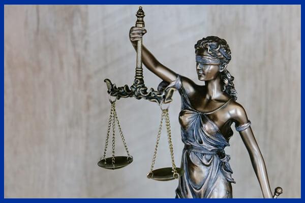 Balanță reprezentând controlul corect al legii și dreptății În Europa